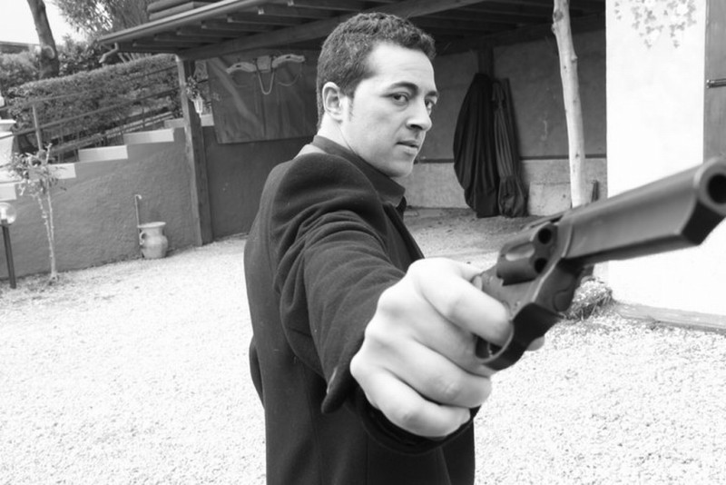 To Paradise: Anis Gharbi impugna una pistola in una foto promozionale del film