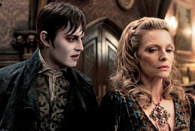 Un irriconoscibile Johnny Depp e Michelle Pfeiffer in una scena di Dark Shadows