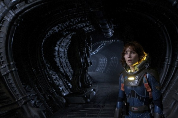 Noomi Rapace in tuta spaziale in una scena di Prometheus