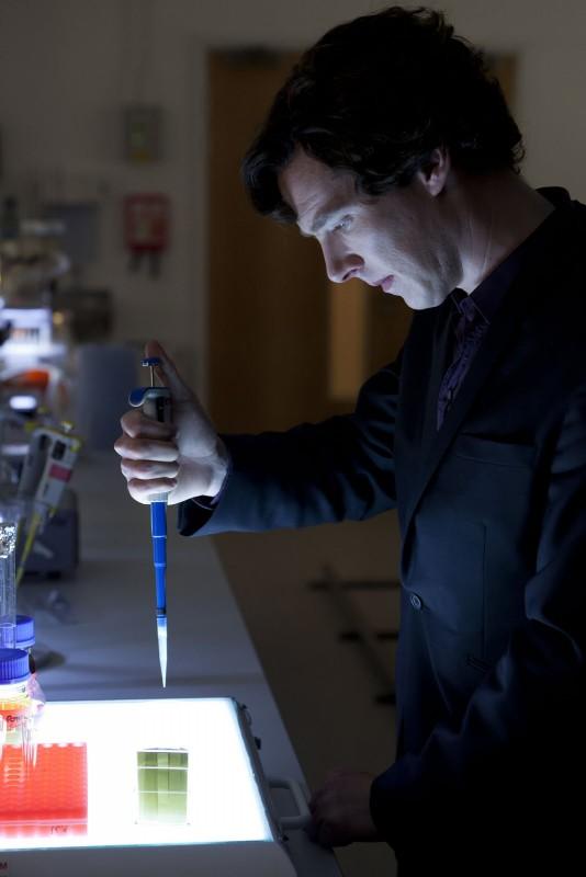 Benedict Cumberbatch impegnato in un esperimento in The Reichembach Fall