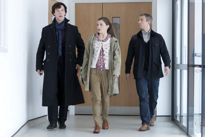 Benedict Cumberbatch, Loo Brealey e Martin Freeman nei corridoi del laboratorio in The Reichembach Fall