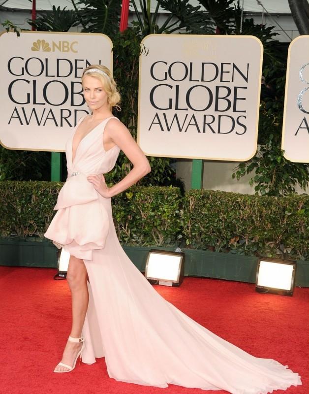 Charlize Theron sul tappeto rosso dei Golden Globes 2012