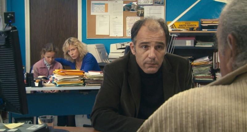 Frédéric Pierrot in una scena del film Polisse insieme a Karin Viard