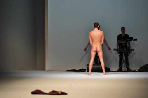 Giuseppe Sartori nudo durante la sfilata di Frankie Morello