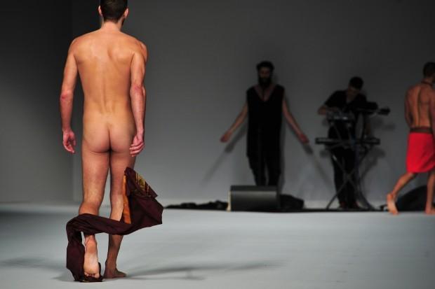Giuseppe Sartori si spoglia nudo durante una sfilata di Frankie Morello