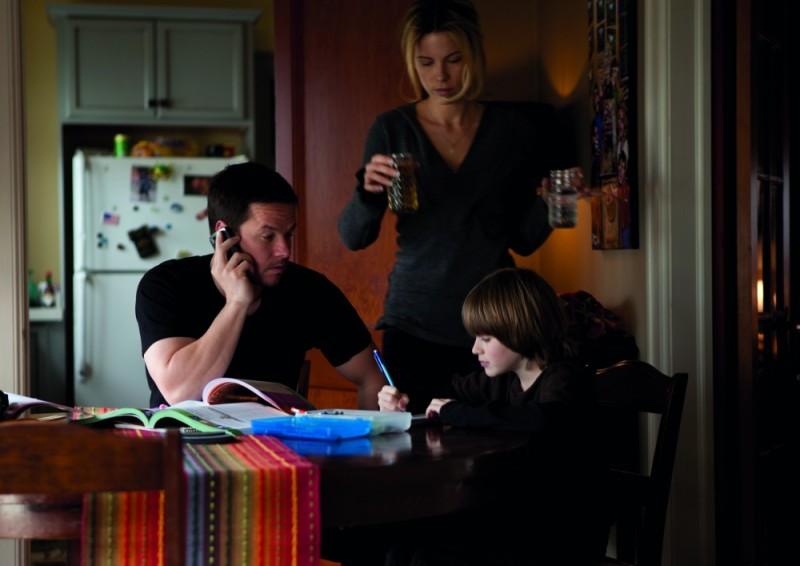 Kate Beckinsale e Mark Wahlberg in una scena di Contraband insieme al piccolo Connor Hill