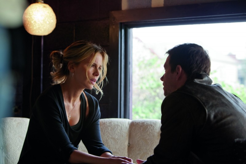 Kate Beckinsale insieme a Mark Wahlberg in una scena di Contraband
