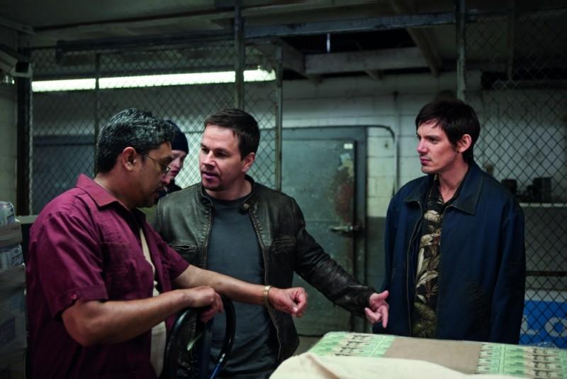 Mark Wahlberg in una scena di Contraband con Lukas Haas e Viktor Hernandez