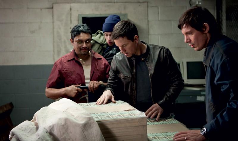 Mark Wahlberg in una scena di Contraband con Viktor Hernandez e Lukas Haas