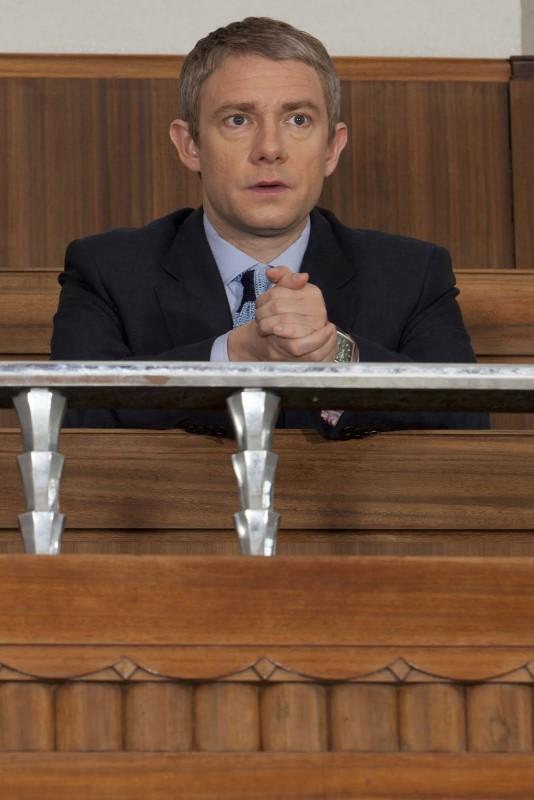 Martin Freeman in tribunale in attesa della sentenza contro Moriarty in una scena di The Reichembach Fall