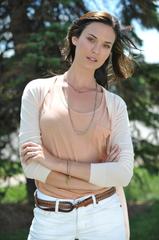 Odette Annable posa per una foto promozionale del thriller The Double