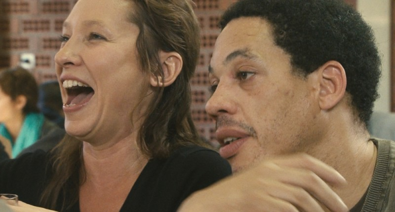 Polisse: Emmanuelle Bercot in una scena del film insieme a Frédéric Pierrot