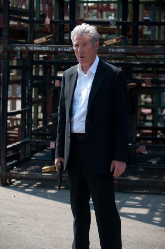 Richard Gere in una scena del thriller poliziesco The Double nei panni di Paul Shepherdson