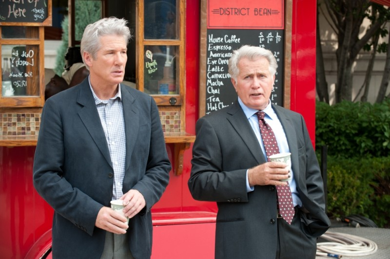 Richard Gere insieme a Martin Sheen in una scena del thriller The Double