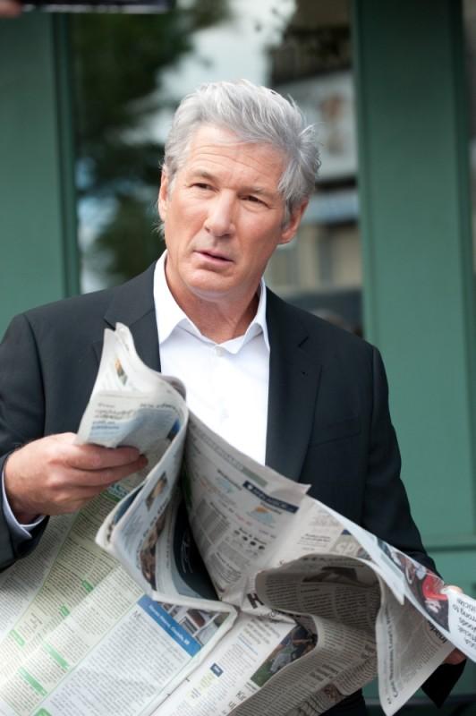 Richard Gere legge il giornale in una scena del poliziesco The Double