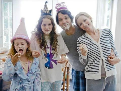 Foto di famiglia per Paul Rudd, Leslie Mann e le vere figlie dell'attrice Iris Apatow e Maude Apatow in una scena di This is Forty