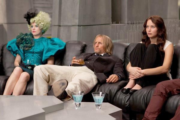 Jennifer Lawrence, Woody Harrelson ed Elizabeth Banks seguono con attenzione il gioco mortale di The Hunger Games