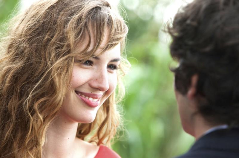Louise Bourgoin con Gaspard Proust nel film L'Amour dure trois ans (2012)