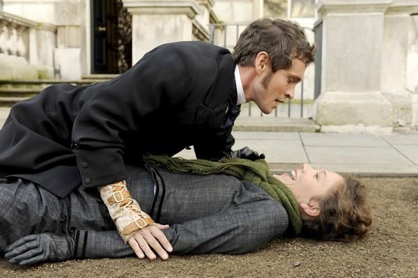 Maggie Gyllenhaal e Hugh Dancy in una scena comprotettente di Hysteria