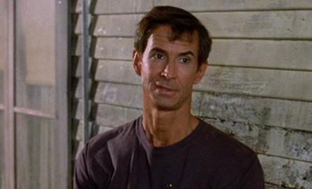 Tony Perkins in Psycho II: una scena del film