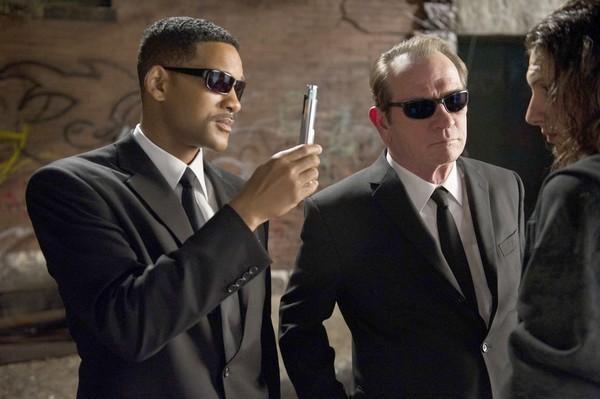 Will Smith e Tommy Lee Jones interrogano un malcapitato alla loro maniera in Men in Black 3