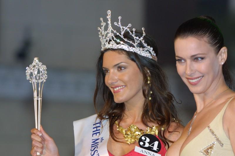 Anna Rigon incoronata Miss Universo Italia nel 2002, accanto a Clarissa Burt