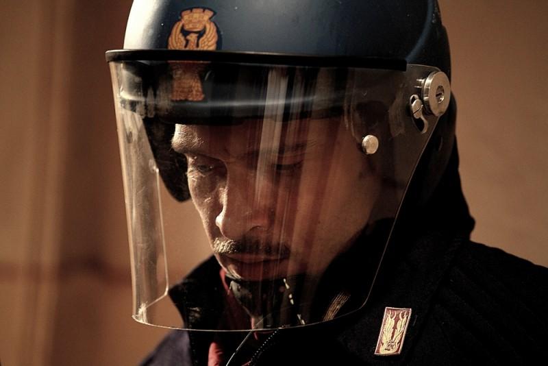 Diaz - Non pulire questo sangue: Claudio Santamaria nei panni dell'agente Max Flamini in una scena del film