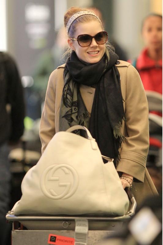 Amy Adams fotografata a Vancouver con la Gucci 'Soho' bag in pelle bianca con maxi logo GG.