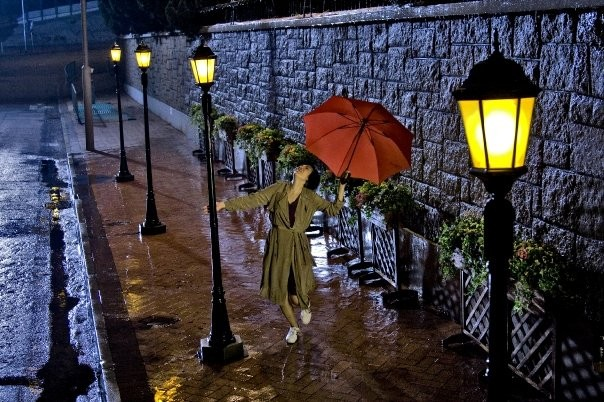 Baat seng bou hei (2012) - una scena del film richiama 'Cantando sotto la pioggia'