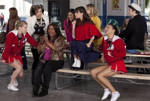 Glee: Amber Riley, Lea MIchele, Jenna Ushkowitz e Chris Colfer in una scena dell'episodio Sì/ No