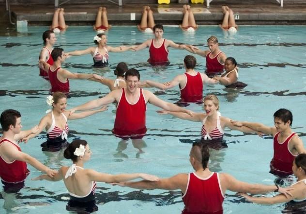 Glee: il cast in piscina in una scena dell'episodio Sì/ No