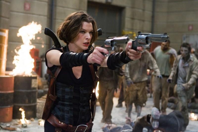 Milla Jovovich agguerrita contro gli zombie in una scena di Resident Evil: Retribution