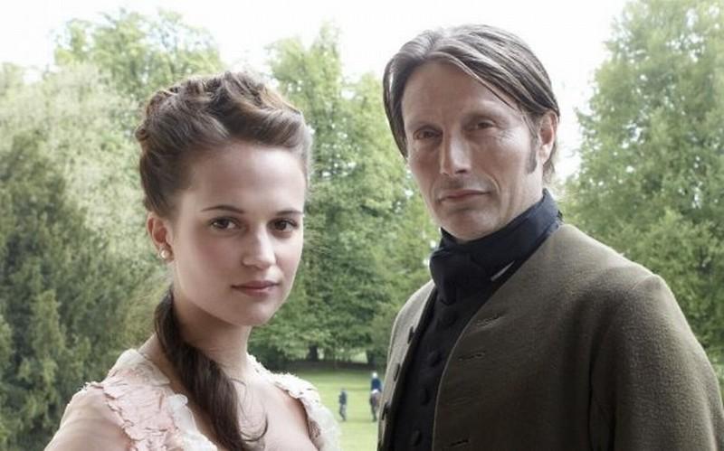 A Royal Affair: Alicia Vikander insieme a Mads Mikkelsen sul set del film