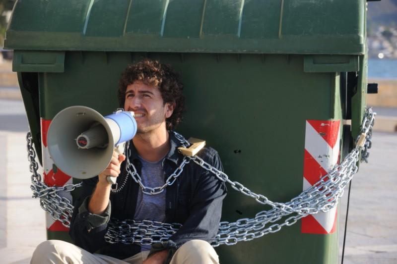 Alessandro Siani incatenato ad un secchione della spazzatura in una scena di Benvenuti al Nord