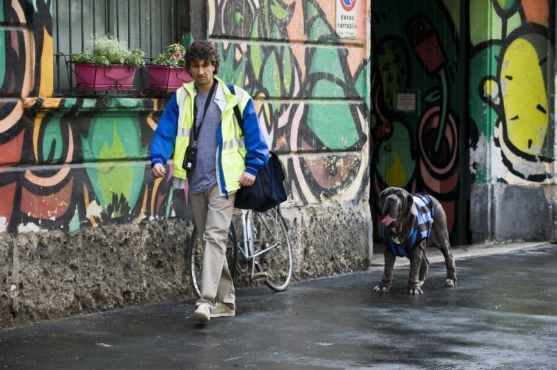Alessandro Siani inseguito da un cane interista in una scena di Benvenuti al Nord
