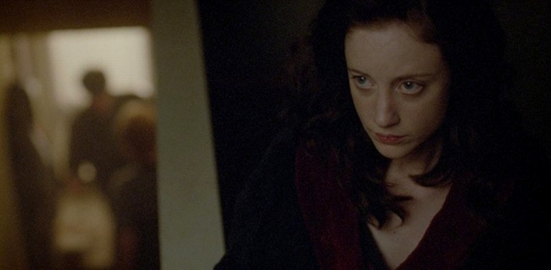 Andrea Riseborough in un'inquietante scena del thriller Shadow Dancer