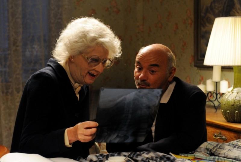 Benvenuti al Nord: Angela Finocchiaro in una scena del film insieme a Salvatore Misticone