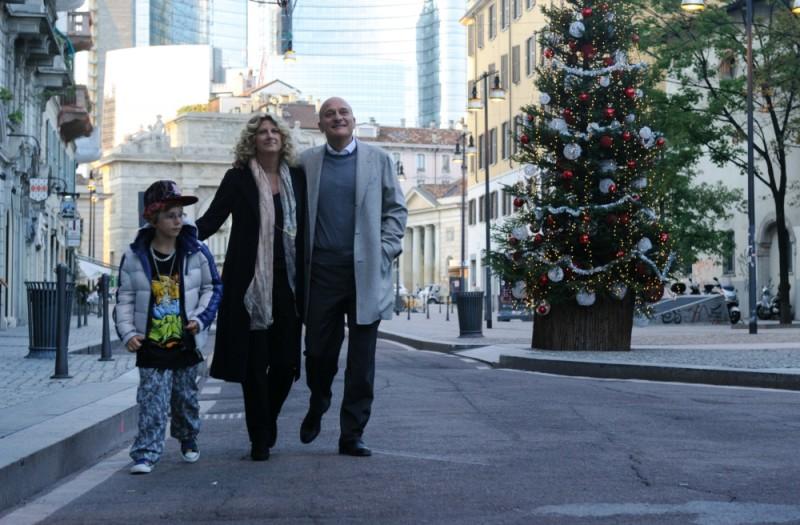Benvenuti al Nord: Claudio Bisio e Angela Finocchiaro sorridono in una scena del film