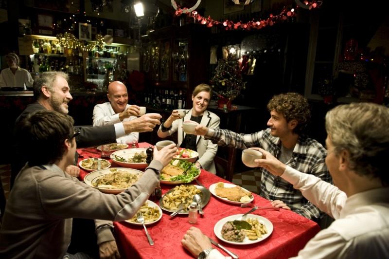 Claudio Bisio e Alessandro Siani durante una cena in una scena di Benvenuti al Nord