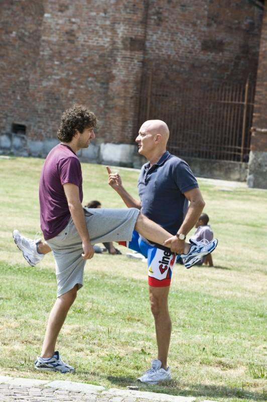 Claudio Bisio e Alessandro Siani si allenano sul campo di calcio in una scena di Benvenuti al Nord