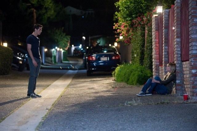 Dylan O'Brien e Britt Robertson in una scena di The First Time