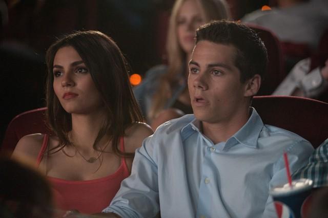 Dylan O'Brien e Victoria Justice al cinema in una scena di The First Time