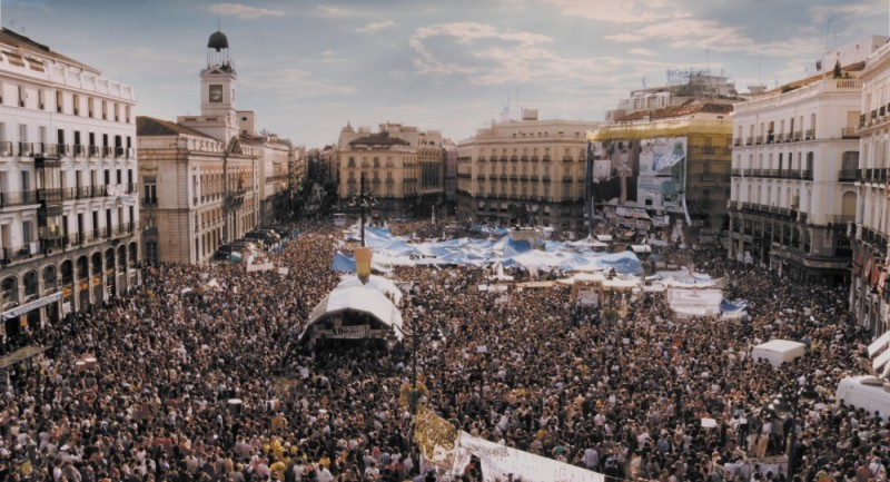 Indignados: la simbolica Puerta del Sol di Madrid invasa dagli indignati in una scena del film