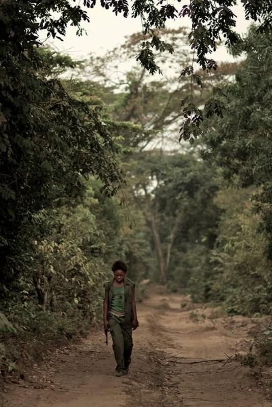 La piccola Rachel Mwanza in una scena del film Rebelle: