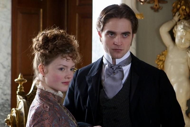 Robert Pattinson insieme a Holliday Grainger in una scena di Bel Ami