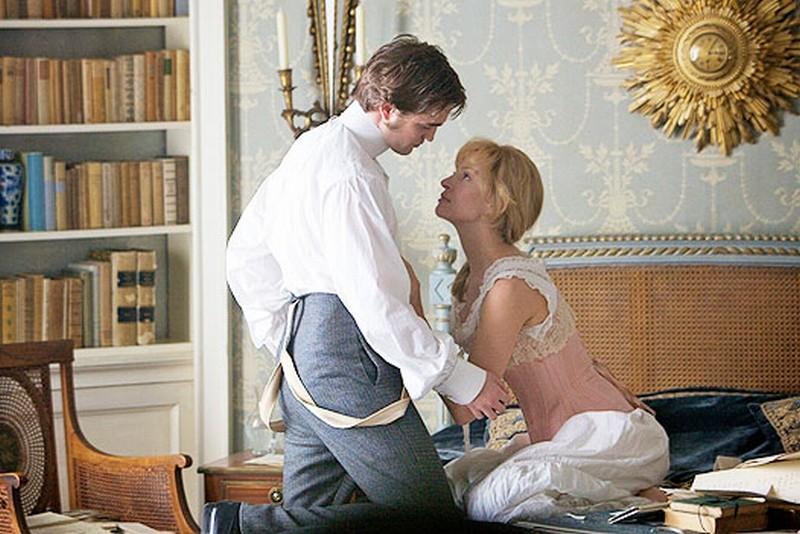 Robert Pattinson insieme a Uma Thurman in un'immagine tratta dal film Bel Ami