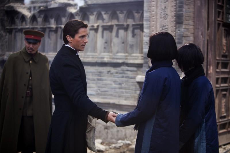 Christian Bale nei panni di John Miller in una scena di The Flowers of War
