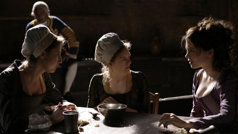 Farewell, My Queen: Léa Seydoux in una scena del film parla con le servitrici