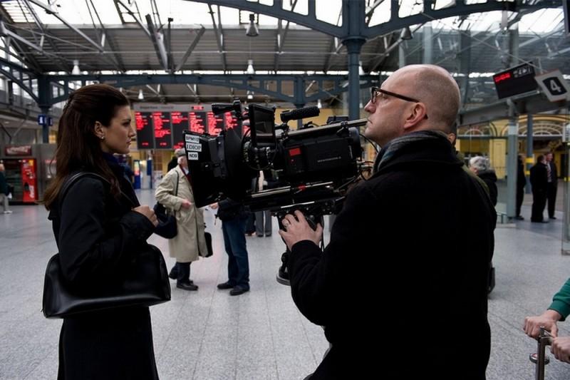 Gina Carano con il regista Steven Soderbergh sul set dell'action Knockout - Resa dei conti