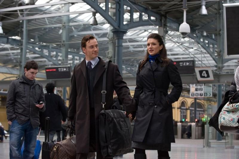 Gina Carano in aeroporto mano nella mano con Michael Fassbender in una scena di Knockout - Resa dei conti